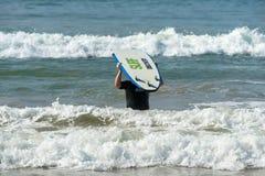 WELIGAMA SRI LANKA, STYCZEŃ, - 09 2017: Niezidentyfikowany mężczyzna surfing Obrazy Royalty Free