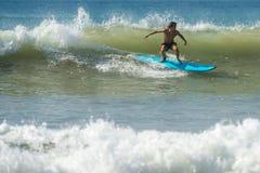 WELIGAMA SRI LANKA, STYCZEŃ, - 09 2017: Niezidentyfikowany mężczyzna surfing Fotografia Royalty Free