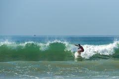 WELIGAMA SRI LANKA, STYCZEŃ, - 09 2017: Niezidentyfikowany mężczyzna surfing Zdjęcie Royalty Free
