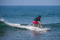 WELIGAMA SRI LANKA, STYCZEŃ, - 06 2017: Niezidentyfikowany mężczyzna surfing Obrazy Stock