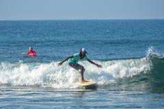WELIGAMA SRI LANKA, STYCZEŃ, - 06 2017: Niezidentyfikowany mężczyzna surfing Fotografia Stock
