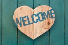Welkom bericht houten hart op turkoois geschilderde achtergrond Royalty-vrije Stock Foto