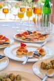 Welkom buffet met canapés en dranken tijdens een ceremonie royalty-vrije stock fotografie