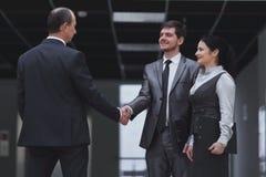 Welkom handdruk van zakenlieden in het bureau royalty-vrije stock afbeelding
