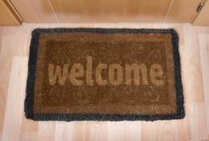 Welkom huisdeurmat met gesloten deur Royalty-vrije Stock Afbeelding
