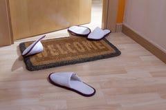 Welkom huisdeurmat met open deur Stock Foto