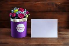 Welkom kaart met bloemen op een houten achtergrond Conceptiehol Royalty-vrije Stock Fotografie