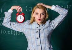 Welkom leraarsschooljaar Gezond dagelijks regime De les van het opvoederbegin Zij geeft om discipline De greep van de vrouwenlera royalty-vrije stock afbeelding