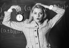Welkom leraarsschooljaar Gezond dagelijks regime De les van het opvoederbegin Zij geeft om discipline De greep van de vrouwenlera stock fotografie
