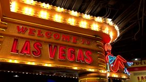 Welkom neonteken bij casinoingang stock video