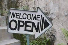 Welkom/Open pijlteken stock foto's