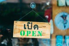 Welkom open teken op deur van koffiekoffie stock fotografie