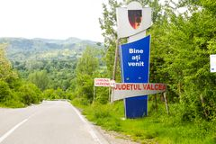 Welkom teken naast de asfaltweg in het dorp Vaideeni van Valcea-Provincie Vaideeni, Roemenië - 23 05 2019 royalty-vrije stock afbeelding