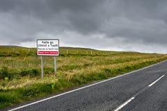 Welkom verkeersteken in Gaëlisch op Eiland van het Noorden Uist, Buitenhebrides, Schotland royalty-vrije stock foto