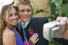 Well-dressed Jugendlichpaare, die Foto machen Stockfotografie