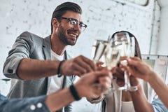 Well robić everybody Grupa młodzi ludzie biznesu wznosi toast eac Obrazy Royalty Free