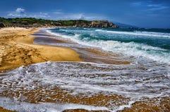 Welle auf dem Sandstrand stockfotos