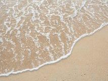 Welle auf dem Sandstrand Lizenzfreie Stockfotografie