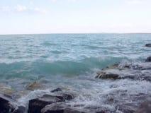 Welle auf der Strandhintergrundbeschaffenheit stock video