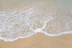 Welle auf freiem Sandstrand Lizenzfreie Stockfotografie