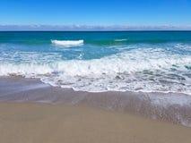 Welle auf Sandstrand Lizenzfreie Stockfotografie
