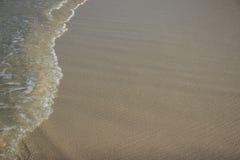 Welle auf Sandstrand Stockbilder