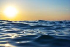 Welle auf Sonnenuntergang stockfotografie