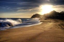 Welle auf Strand mit dem Sonneglänzen. Lizenzfreie Stockfotografie