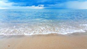 Welle des Meeres auf dem Sandstrand Stockfotos