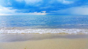 Welle des Meeres auf dem Sandstrand Lizenzfreie Stockfotos