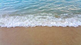 Welle des Meeres auf dem Sandstrand Stockbild
