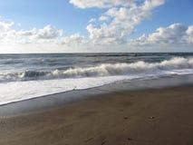 Welle des Meeres auf dem Sandstrand Castiglione-della Pescaia, Provinz von Grosseto, Italien Stockfoto