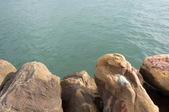Welle des Meeres auf dem Sandstrandhintergrund Stockfoto