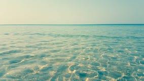Welle des seichten Wassers und offenbar blauer Himmel Lizenzfreie Stockfotografie