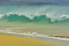Welle, die auf das Ufer sprüht Stockbilder