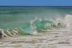 Welle, die auf das Ufer sprüht Lizenzfreies Stockfoto