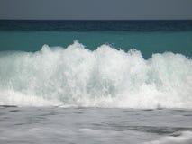 Welle, die auf dem Ufer abbricht stockfotos