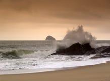 Welle, die auf Felsen abbricht Lizenzfreie Stockbilder