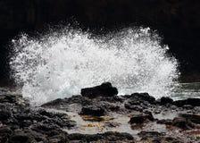 Welle, die auf Felsen abbricht Lizenzfreies Stockbild