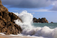 Welle, die auf Felsen Cornwall England zusammenstößt Lizenzfreies Stockfoto