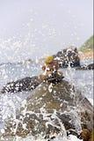 Welle, die auf Felsen spritzt Stockbild