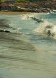 Welle, die auf Strand abbricht Lizenzfreie Stockfotos