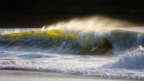 Welle, die auf Ufer bricht stockfotos
