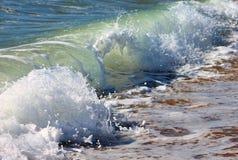 Welle, die auf Ufer zusammenstößt Lizenzfreies Stockfoto