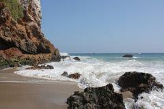 Welle, die auf Ufer zusammenstößt Lizenzfreie Stockbilder