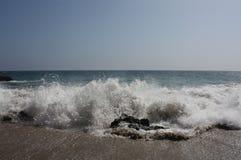 Welle, die auf Ufer zusammenstößt Lizenzfreies Stockbild