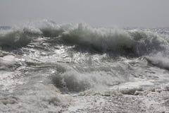 Welle, die auf Ufer zusammenstößt Stockbilder