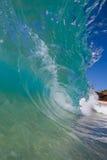 Welle, die durch Beach, im Gefäß bricht Lizenzfreie Stockfotografie