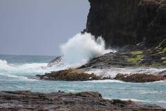 Welle, die eine Klippe berührt Lizenzfreie Stockbilder