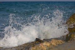 Welle, die in einem felsigen abbricht Lizenzfreie Stockbilder
